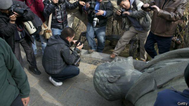 Người dân Ukraine kéo đổ tượng Lenin
