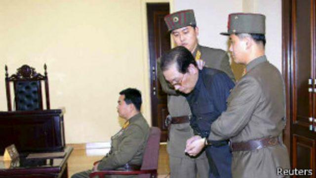 Чан Сон Тхэка выводят из зала суда