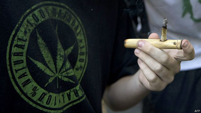 Uruguayo fumando marihuana