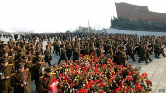 Người dân đem vòng hoa đến viếng các cố lãnh đạo của họ vào năm mới