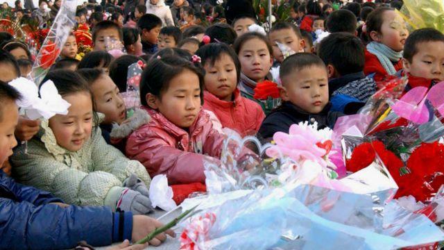 朝鲜小孩献花