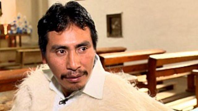 Juan Gómez, quien estudia para ser sacerdote, ayuda en las misas.