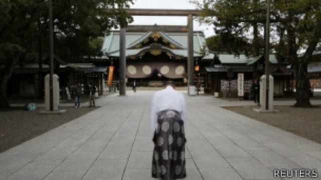 一名神道教教士在靖國神社前鞠躬(18/10/2013)