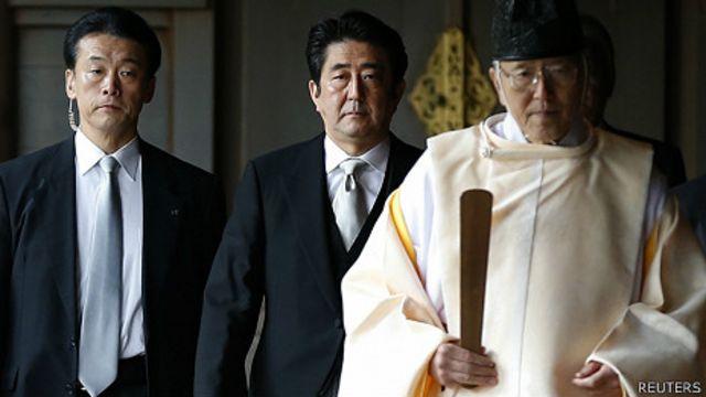 安倍晉三在神道教教士帶領下進入靖國神社(26/12/2013)