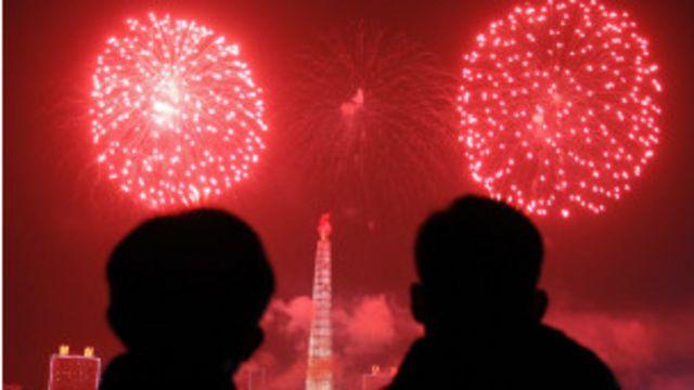 Người dân Bình Nhưỡng xem pháo hoa mừng năm mới trên tháp Chủ thể