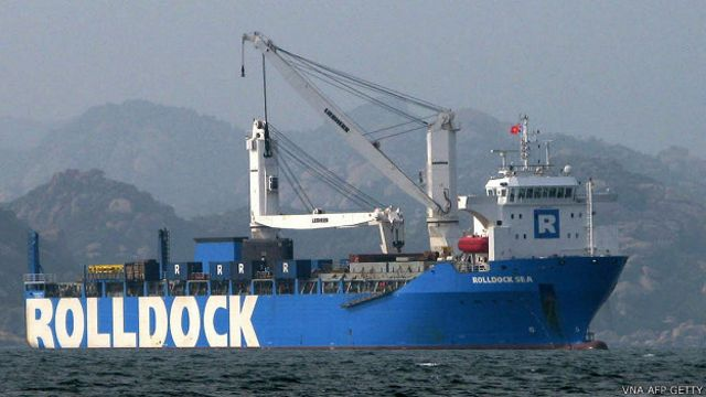 Tàu biển Rolldock mang theo tàu ngầm kilo về Cam Ranh hôm 1/1