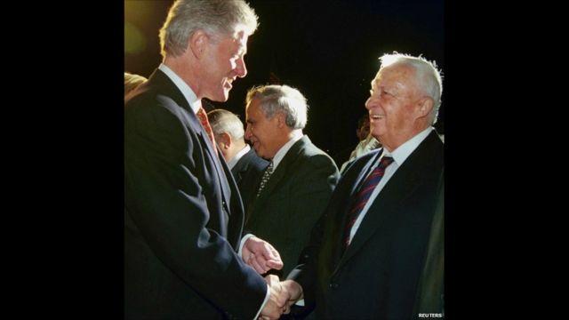 Aha yari ministri w'ububanyi n'amahanga arimo asuhuzanya na Perezida Bill Clinton