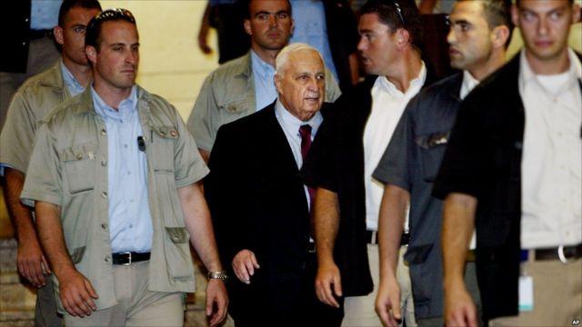 Ariel Sharon ari kumwe n'abari bashinzwe kumurinda muri 2005