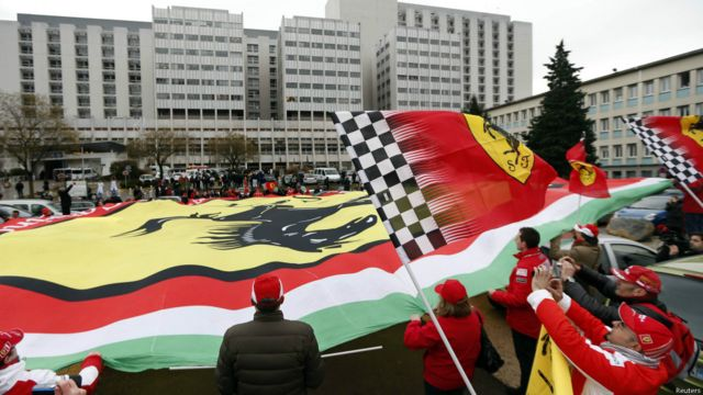 Seguidores de Schumacher con una bandera de Ferrari
