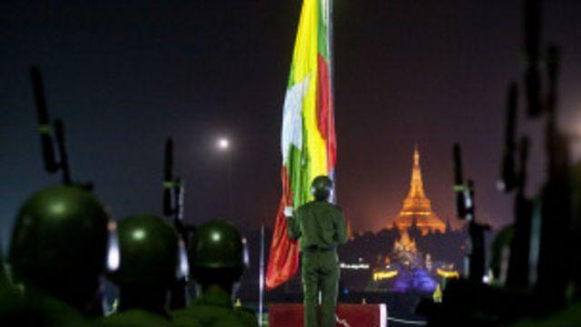 အစိုးရ ကတော့ ရန်ကုန် ပြည်သူ့ ရင်ပြင်မှာ အလံတင် အခမ်းအနား ကျင်းပခဲ့ ပါတယ်