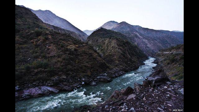 تبلغ مساحة الإقليم نحو 84471 ميلا مربعا، تحتل الهند نحو 48٪ من مساحتها الإجمالية، بينما تسيطر باكستان على نحو 35٪، والصين على 17٪.