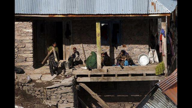 وتعيش آلاف الأسر في مناطق بطول الحدود المتنازع عليها.
