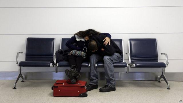 Michelle Rivas (izq.) y Danny Ruiz, luego de que su vuelo hacia Miami desde San Luis, Misuri, fuera cancelado.
