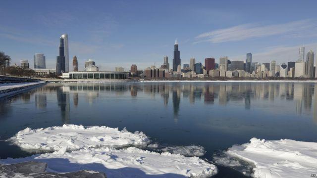 Hielo sobre el lago Michigan, en Chicago.