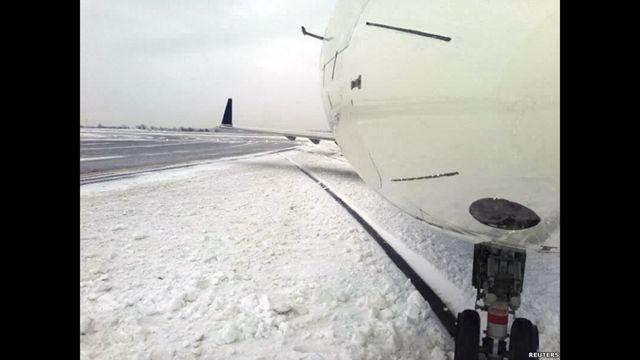 Un avión que patinó tras aterrizar en una pista del aeropuerto JFK de Nueva York.