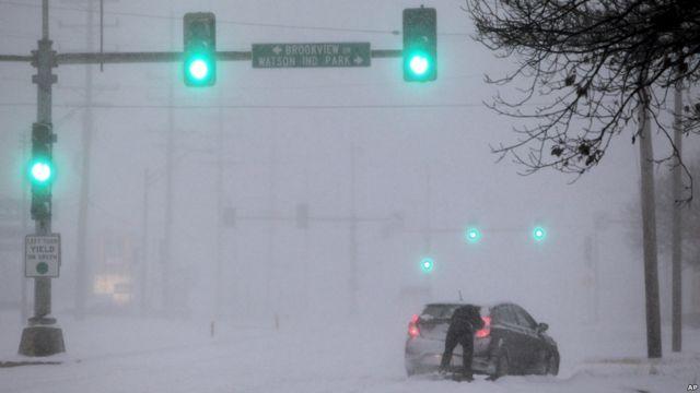 Un conductor intenta mover su coche en San Luis, Misuri.