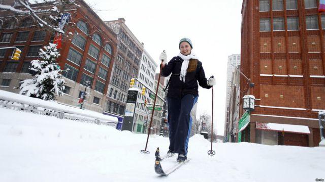 Mujer esquiando en Detroit