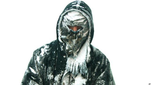 Hombre con la ropa congelada