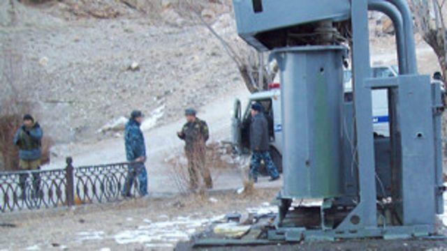 Мындан эки апта мурун Баткендеги Ак-Сай айылына жакын жерде  тажик-кыргыз чек арачылары ортосунда атышуу болгон. Анда 5 кыргыз, 3 тажик чек арачысы жарадар болгону кабарланган.