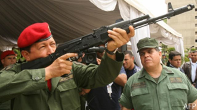 Chávez dispara arma