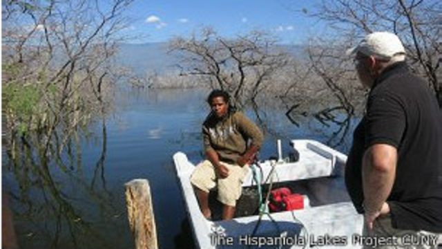 Un hombre en un bote en el lago Enriquillo
