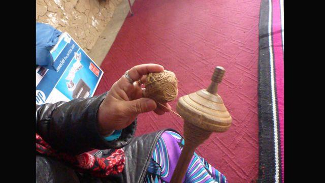 پنجصد و هشتاد تن زنان بیبضاعت مشغول ریشتن و بافتن تار کشمیره برای این شرکت در بدخشان هستند