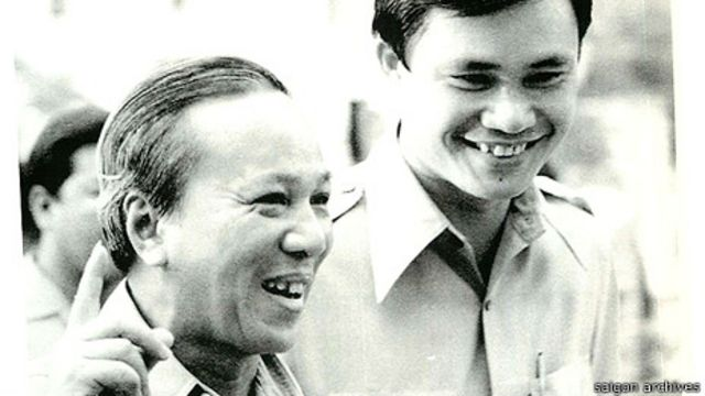 Tổng thống Nguyễn Văn Thiệu (trái) công bố luật Người Cày Có Ruộng