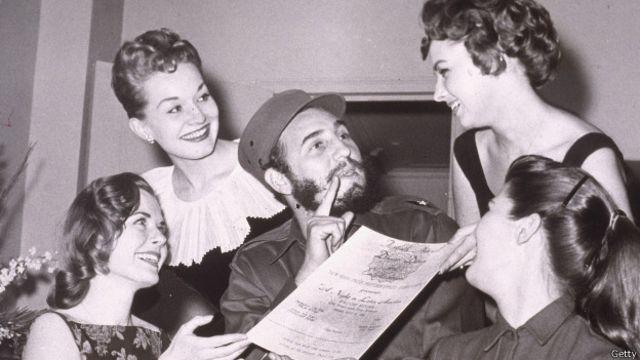 Fidel Castro recibe una invitación a una fiesta de prensa de Nueva York en 1959