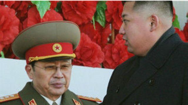 جنگ سونگ تک (چپ) یکی از بانفوذترین دولتمردان و شوهر عمه رهبر کره شمالی در ماه گذشته میلادی اعدام شد