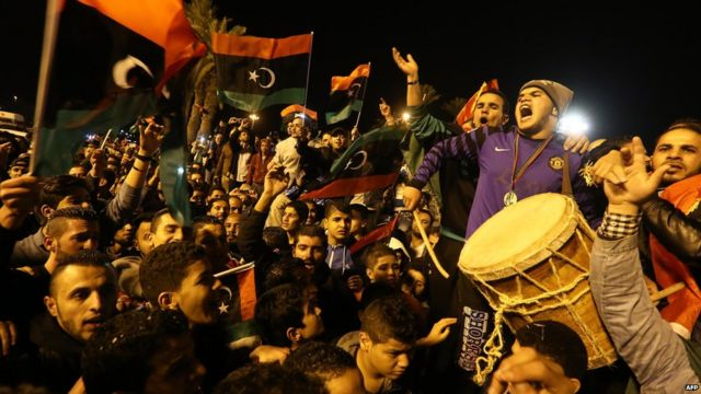 Des fans de football célèbrent dans le centre de la capitale Tripoli, mercredi soir, après la victoire de leur équipe contre le Zimbabwe lors de la demie finale de la CHAN.