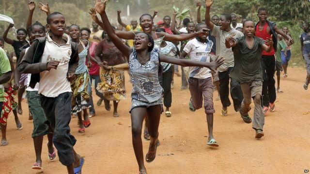 Un jour plus tôt à Bangui, la capitale de la Centrafrique, des résidents chrétiens célèbrent après le retrait de combattants de la Séléka de leur base militaire dans la ville. Les combattants principalement musulmans se sont emparés du pouvoir en mars de l'année dernière. « Nous sommes libres ! C'est notre réveillon de nouvel an »ont hurlé les résidents, selon l'agence Associated Press.