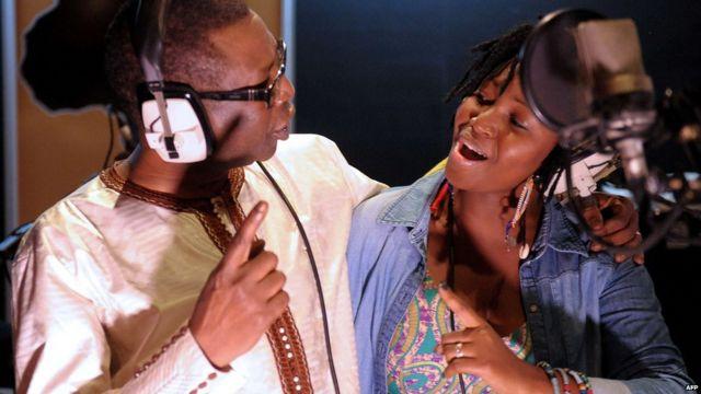 Le célèbre musician sénégalais Youssou Ndour et la chanteuse Idylle Mamba, née à Bangui, chantent ensemble dimanche dans un studio de Dakar pour appeler à la fin de la violence en Centrafrique. « Je veux dire simplement que ce n'est pas un obstacle d'avoir plusieurs religions en RCA, c'est plutôt une chance », a déclaré Ndour, qui est un musulman, après l'enregistrement avec Mamba, une chrétienne.