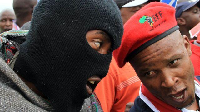 Quatre jours plus tard, neuf mineurs sud-africains chantent ensemble à la sortie de la mine de platines de Lonmin, près de Rustenburg, à 120 kilomètres de Johannesburg, alors que l'association des mineurs et le syndicat de la construction ont rejeté une offre de 9% d'augmentation de salaire.