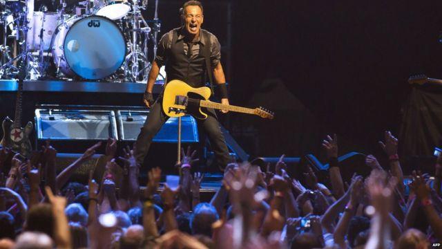 Dans un lieu de rassemblement près de Cape Town, dimanche, la star du rock Bruce Springsteen se produit devant ses fans lors de son premier concert en Afrique du Sud. Il a ouvert les festivités avec la chanson « Free Nelson Mandela ».