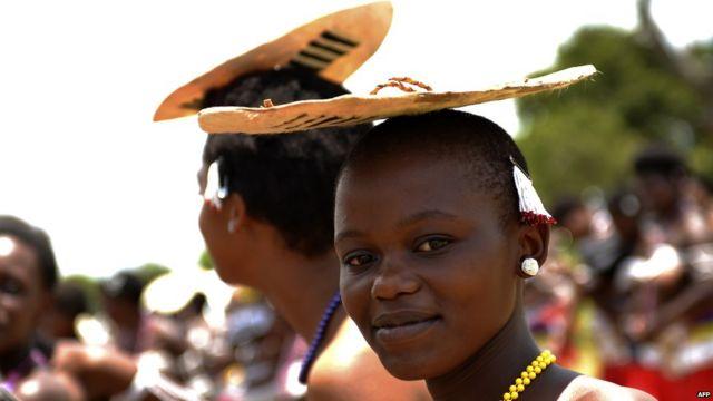 Le même jour, un adepte de l'église sud-africaine de nazareth se protège du soleil pendant un pèlerinage à Nhlongakazi, au nord de Durban. L'église, également connue sous l'appellation  « Shembe », est un mélange de culture zulu et de l'ancien testament chrétien.