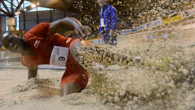 L'athlète zimbabwéen Ngoni Makusha remporte une compétition de saut en longueur dans la ville française de Bordeaux, dimanche.