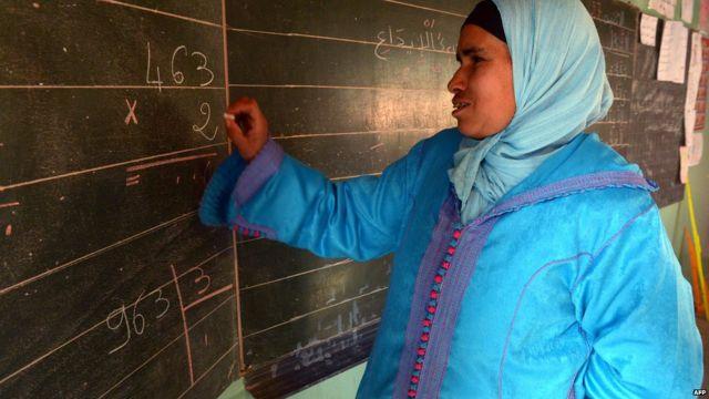 Lundi, une femme calcule une somme sur le tableau d'une salle de classe dans le village de Timoulilt, au centre du Maroc, où des femmes suivent des cours pour améliorer leurs capacité à lire et à écrire.