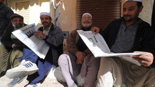 Le même jour en Algérie, des hommes issus de la minorité Mozabite, qui suit les préceptes de la secte musulmane Ibadi, lisent les journaux dans la ville de Ghardaia- à 600 kilomètres de la capitale, Alger- une zone où ont eu lieu des violences sectaires.