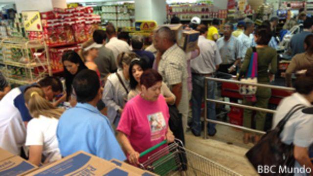 Venezolanos compran leche