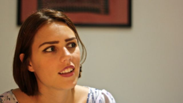 Yara é filha de brasileira e inglês. Queria cozinhar e lavar louça e a família se espantou.