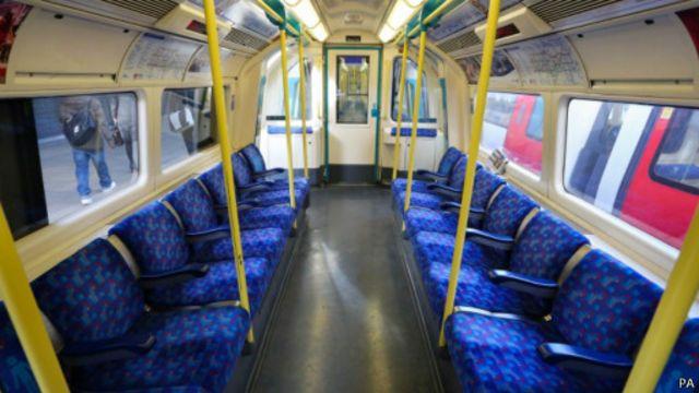 Опустевшие вагоны лондонского метро в день забастовки