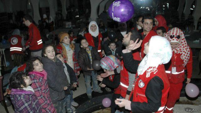 تمكن عمال إغاثة تابعون للأمم المتحدة والهلال الأحمر السوري من توصيل مساعدات للمدنيين في حمص