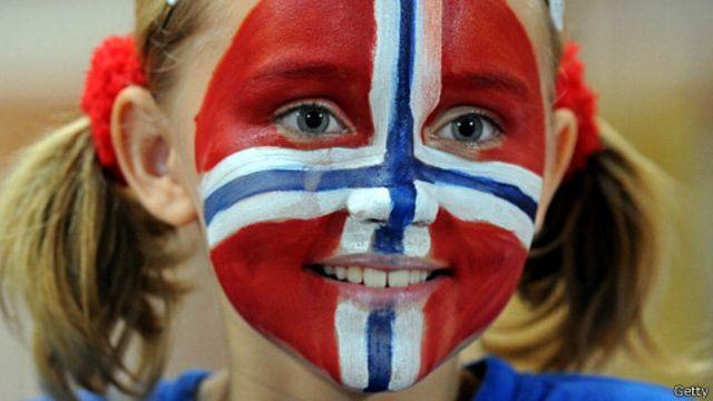 Menina com bandeira da Noruega pintada no rosto   Crédito: Getty