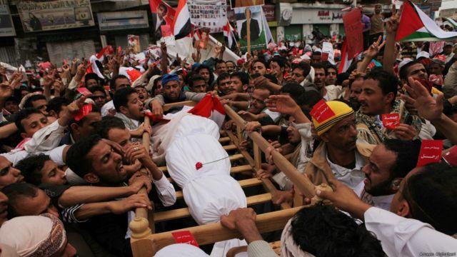 """عشرات الالاف يشاركون في تشييع جثامين بعض من قتلوا في احداث """"جمعة الكرامة"""" في ميدان التغيير بصنعاء - امين الغابري 2011"""