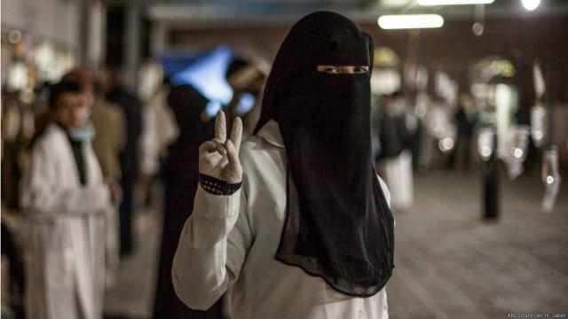 15 مارس 2011: طبيبة يمنية في مستشفى ميداني لعلاج الجرحى من المتظاهرين. عبدالرحمن جابر