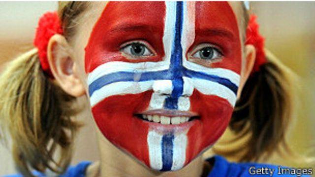 Niña con cara pintada de bandera de Noruega