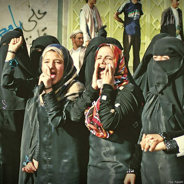 صور من مظاهرات خرجت فيها نساء عام 2011 بعدسة مي نصيري.
