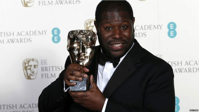 12 Years a Slave ရုပ်ရှင်အတွက် အကောင်းဆုံး ဇာတ်ကားဆုကို ဒါရိုက်တာ Steve McQueen က ဆုလက်ခံ။