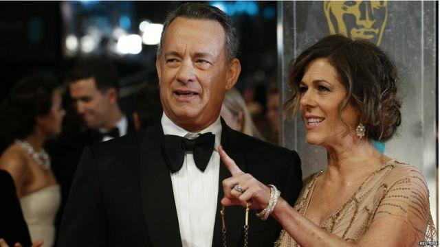 အခမ်းအနားကို တက်ရောက်လာတဲ့ Tom Hanks နဲ့ သူ့ဇနီး Rita Wilson ။ Tom Hanks သရုပ်ဆောင်တဲ့ Captain Phillips ဇာတ်ကားက ဆု ၉ ဆုအတွက် လျာထားခံခဲ့ရ။