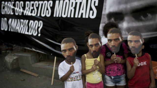 Manifestantes protestam contra morte de pedreiro (Foto: AP)